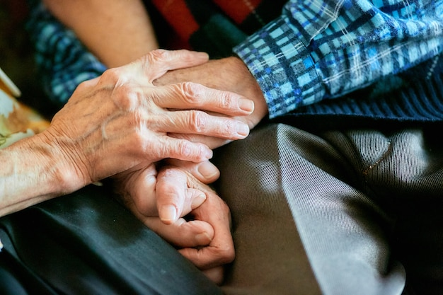 強い家族関係、手を繋いでいる高齢者