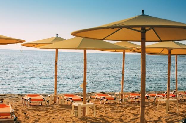 Пляж на средиземном море в ясный солнечный день, греция, халкидики.