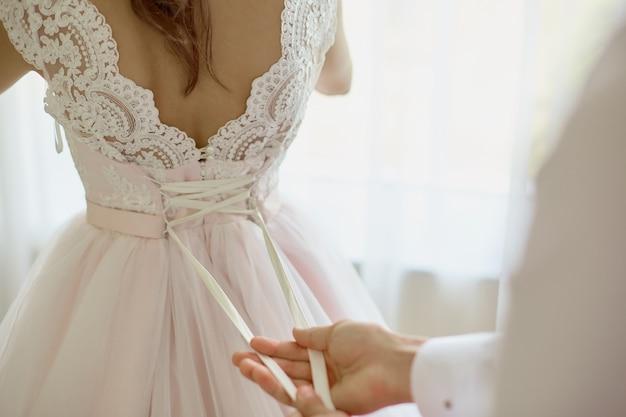 結婚式の日にホテルで午前中に新郎新婦。