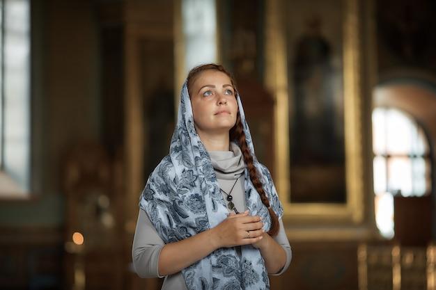 Русская красивая кавказская женщина с рыжими волосами и шарфом