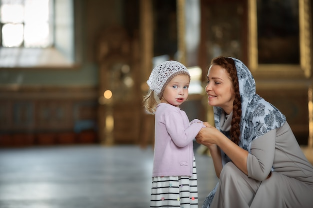 若い母親と彼女の小さなブロンドの白人の娘