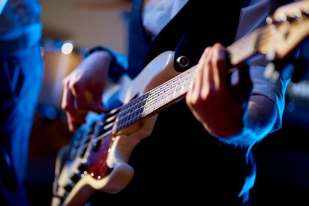 電気ギターを弾く男のショットを閉じる