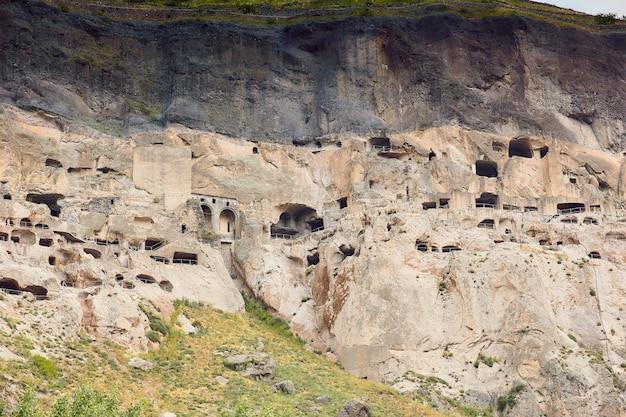 山の高い古代の洞窟都市
