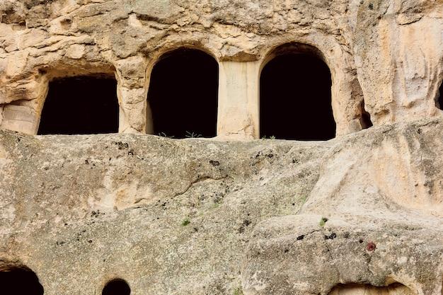 コーカサスのジョージアの山の中の古代の洞窟都市ヴァルジア