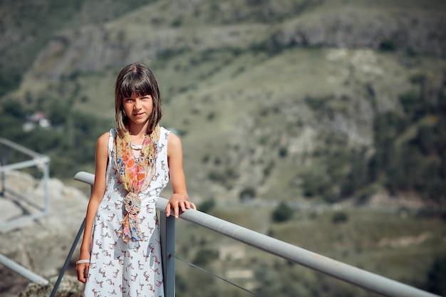 Экскурсии в горах, подросток в горах возле пещер