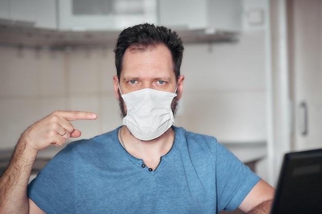Портрет мужчины в медицинской маске, средства индивидуальной защиты от вирусов и заболеваний