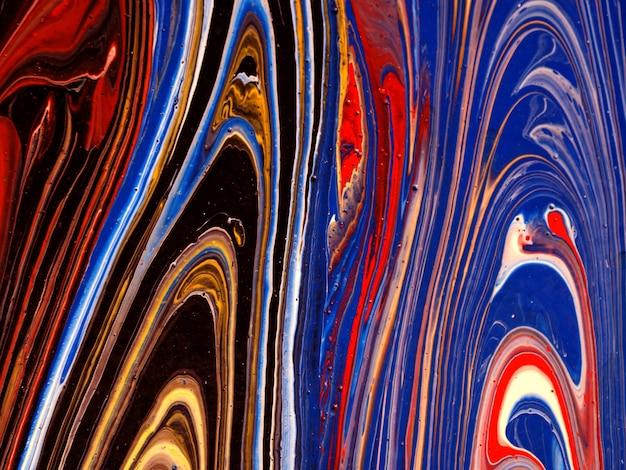 Красочная масляная краска течет на холсте