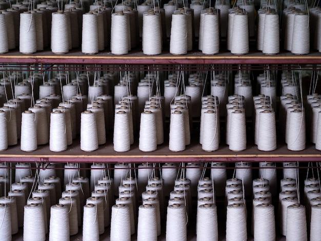 Ряд текстильных нитей промышленности.