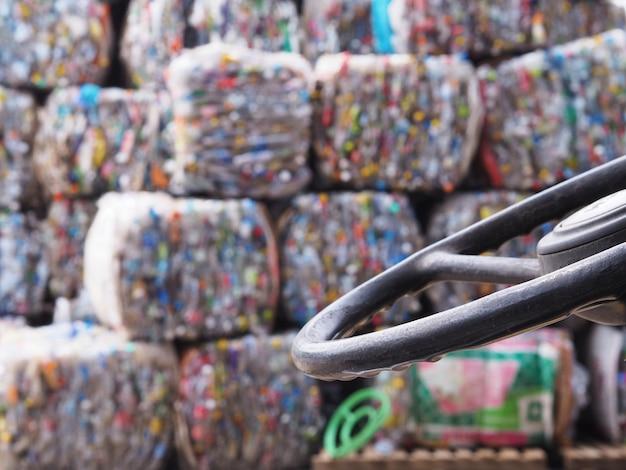 工場内のリサイクルプラスチック廃棄物