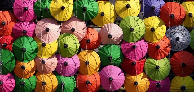 Ряды разноцветных зонтиков