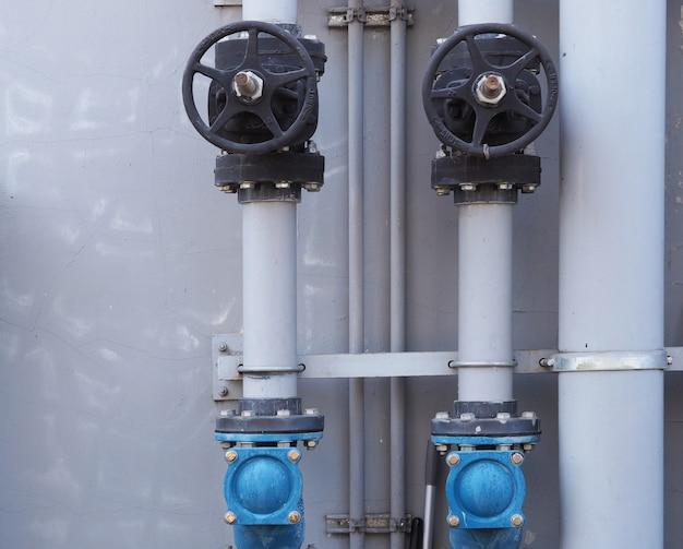 工業用の壁で配管の水バルブが閉じて開く
