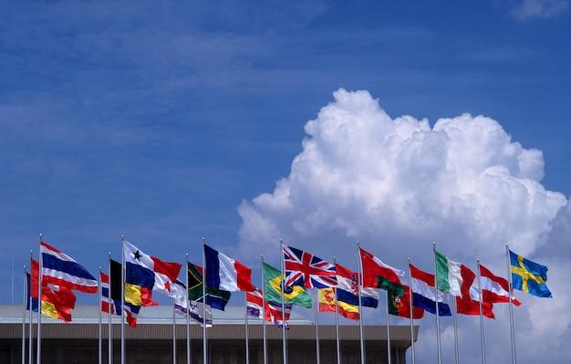 Национальный флаг фоне голубого неба.