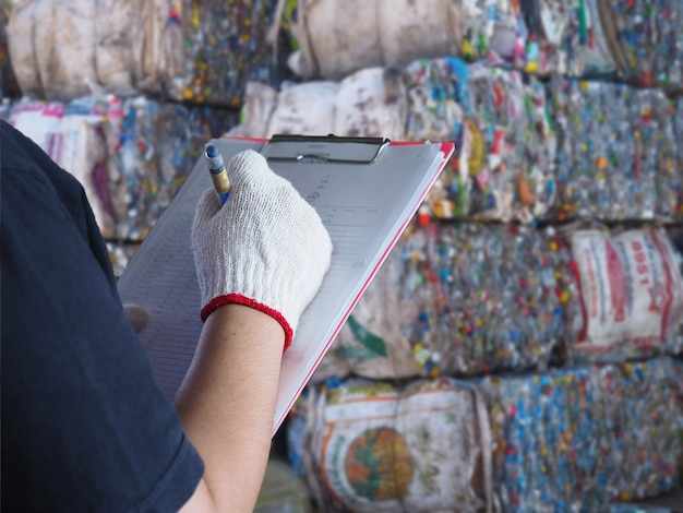 Женщины работают на мусороперерабатывающем заводе