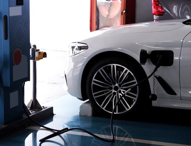 電気自動車が電気をいっぱいにしています。
