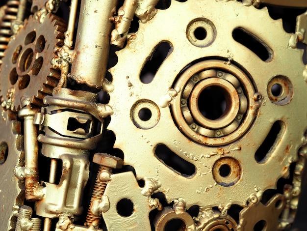 一部のマシンのクローズアップにゴールドのオイルペイント。