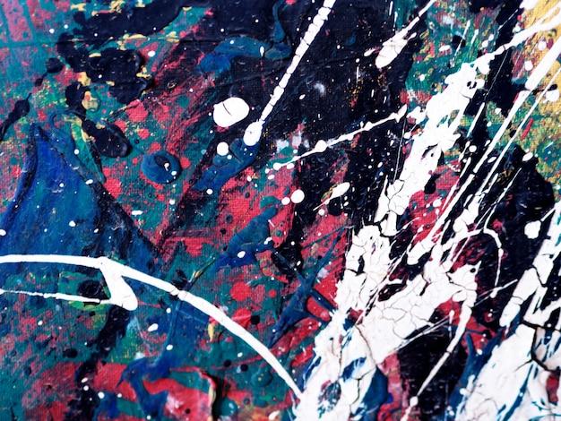 手は、抽象的な背景のカラフルな絵を描きます。