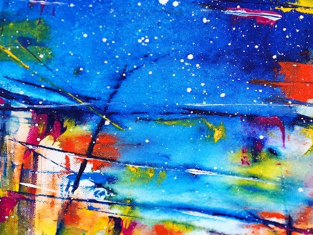 手は、テクスチャとカラフルな水彩画の青い空の抽象的な背景を描く