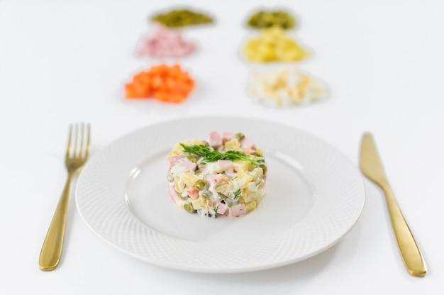 Салат оливье и ингредиенты для приготовления