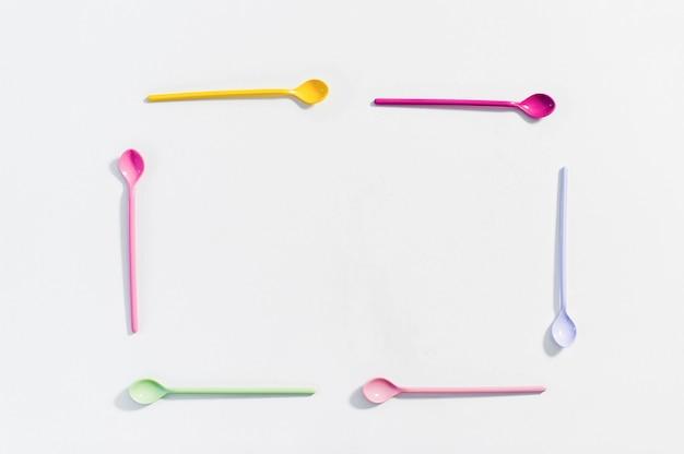 色のデザートスプーンの概念