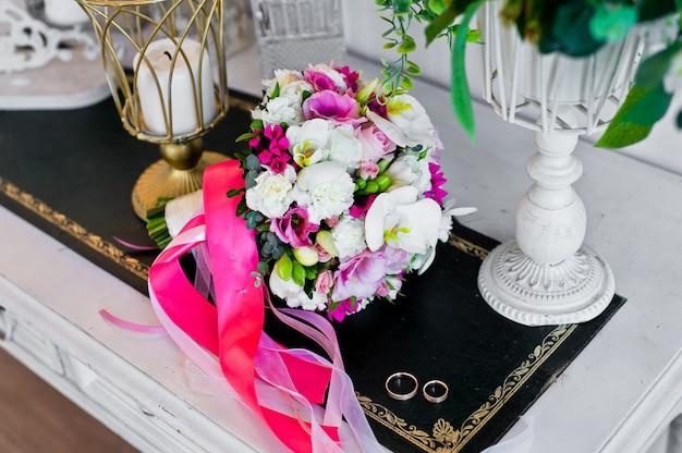 Классический букет невесты, свадебные цветы, розы, коалы, полевые цветы.