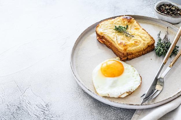 クロックムッシュは、伝統的なフレンチトーストチーズとベシャメルソースのハムサンドイッチです。上面図。コピースペース