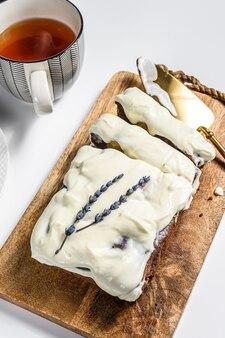 一杯のお茶と健康的なバナナブレッド
