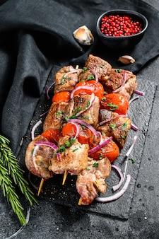 Мясо шашлыка из свинины и говядины на деревянных шпажках