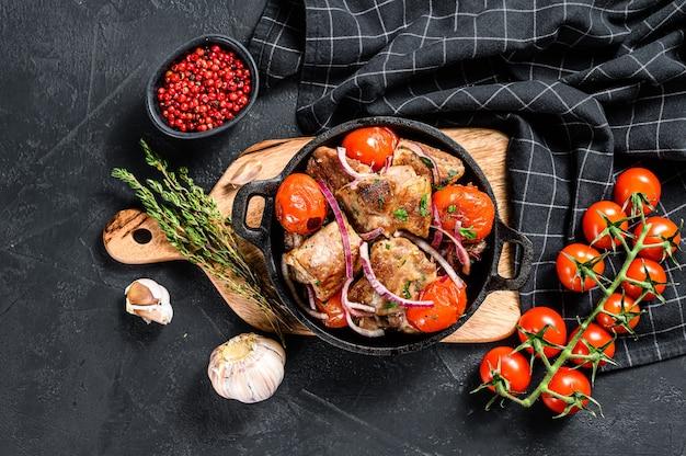 Шашлык из свинины с помидорами и перцем на сковороде