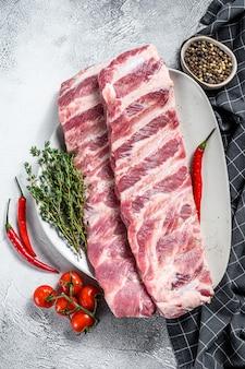 新鮮な生の豚カルビとスパイスとハーブ。