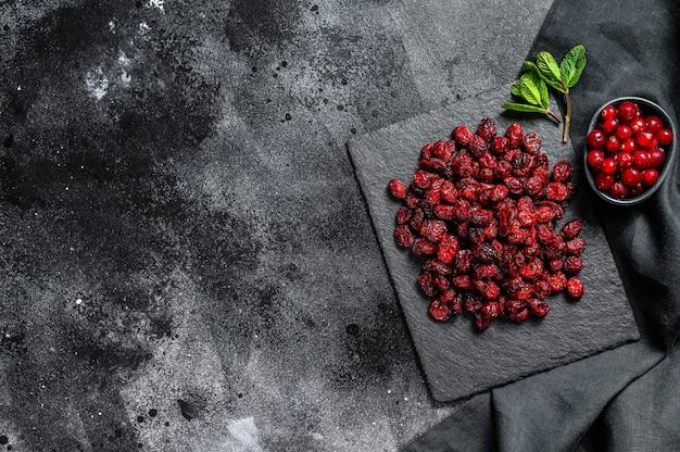 赤い乾燥クランベリーと新鮮なミントの葉。オーガニックベリー。上面図。コピースペース