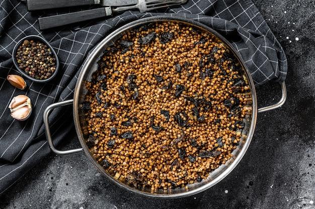 キノコとそばのお粥。ビーガンフード。ロシア、ウクライナ料理。上面図。コピースペース