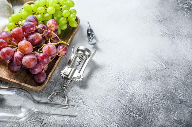 Зеленый и красный виноград. вид сверху. копировать пространство