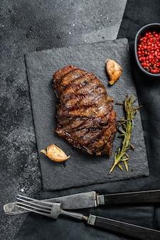 石板に霜降り牛のグリルトップブレードステーキ。上面図