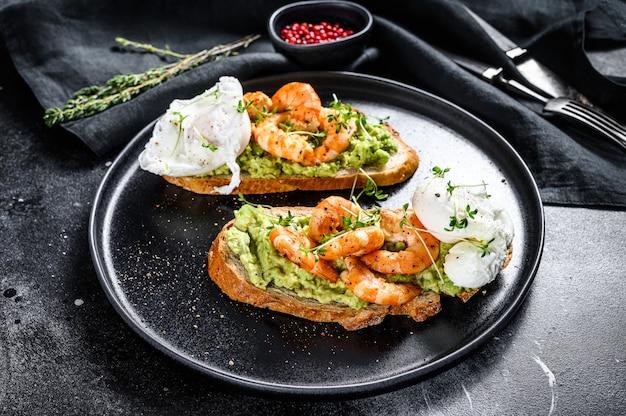 Хлеб с гуакамоле, жареными креветками, креветками и яйцом. вид сверху
