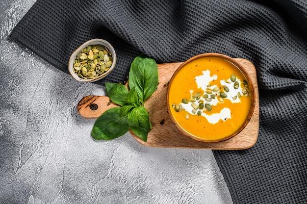 かぼちゃの種とクリームのかぼちゃのクリームスープ。上面図