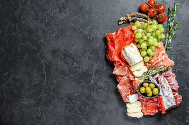 イタリアの前菜、生ハムと木製のまな板