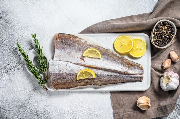 生のメルルーサ魚の切り身