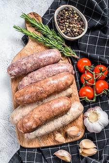 牛肉とチキンソーセージの新鮮な生の豚肉の盛り合わせ