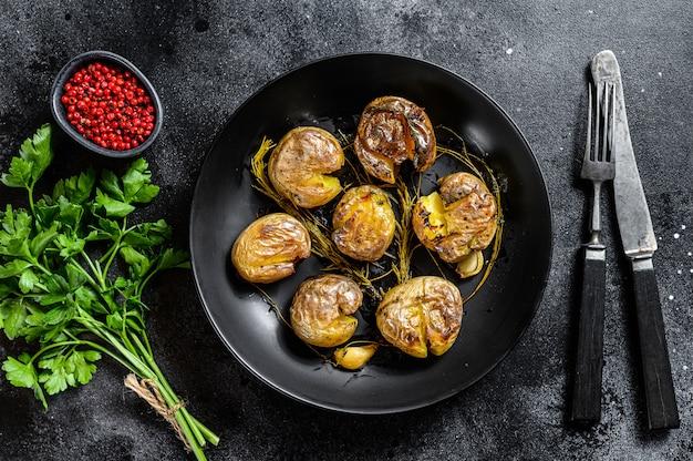 素朴なオーブンで焼いたベイビーポテトとローズマリー