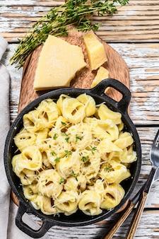 イタリアのトルテリーニパスタとパルメザンチーズの鍋。