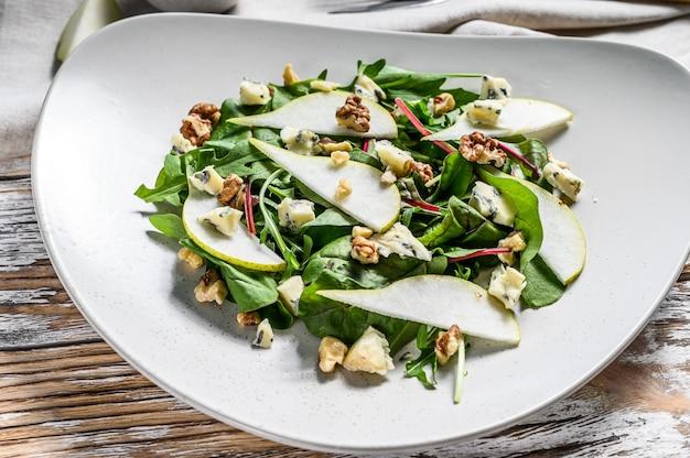 Салат с голубым сыром, грушей, орехами, мангольдом и рукколой