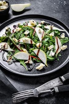 Салат с голубым сыром, грушами, орехами, мангольдом и рукколой
