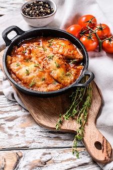 鍋にトマトで焼いたティラピアの魚