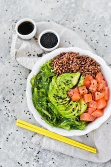 サーモンのサラダ、アボカド、玄米、海藻
