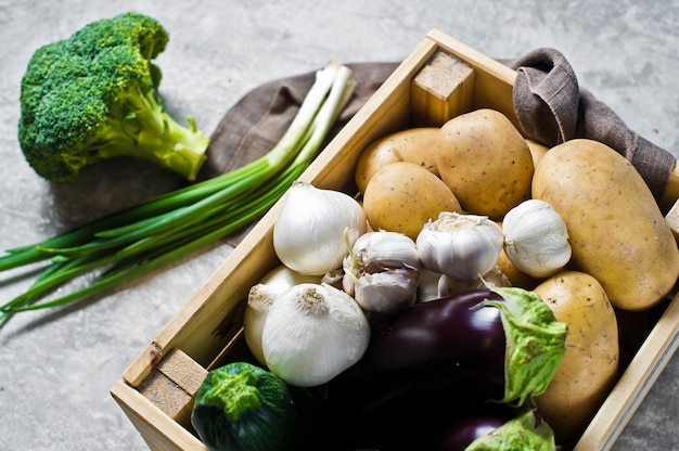 野菜用エコ包装、プラスチックフリー。野菜の箱:じゃがいも、玉ねぎ、ニンニク、ナス、ズッキーニ、ブロッコリー、ねぎ。ファーム。