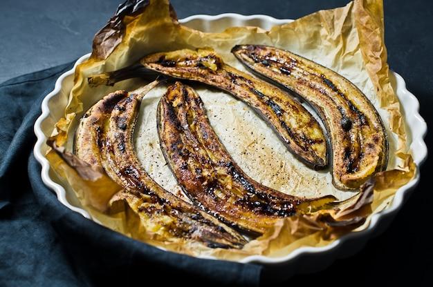 Жареные бананы с медом в форме для выпечки.
