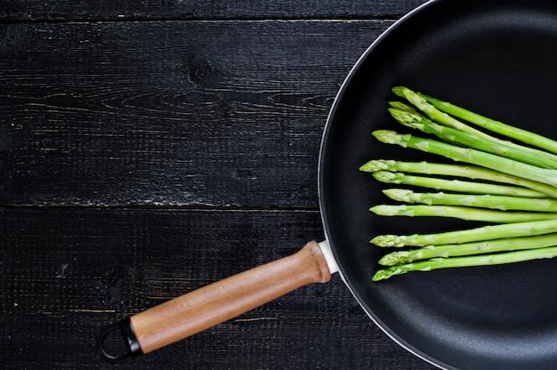 鍋にグリーンアスパラガス。
