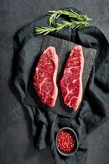 生の牛肉ステーキをサーロインします。
