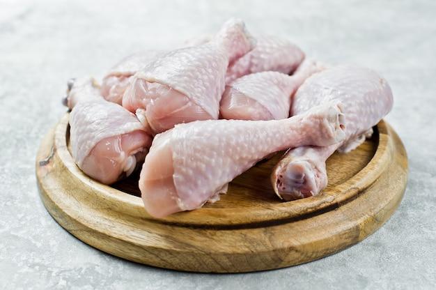 生の鶏肉の足。