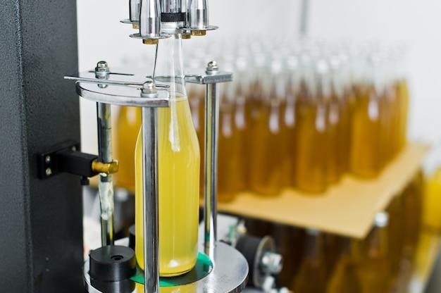 瓶詰め工場-ビールを瓶詰めして瓶詰めするためのビール瓶詰めライン。